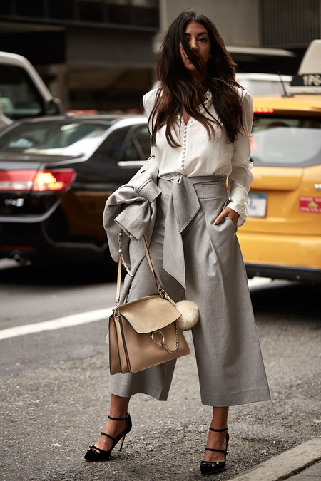 Outfit con colores neutros